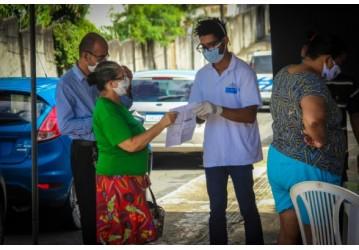Cidadãos recebem orientação em postos de distribuição de cestas básicas