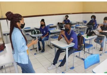 Estudantes se adaptam à nova rotina de aulas semipresenciais na rede estadual de ensino
