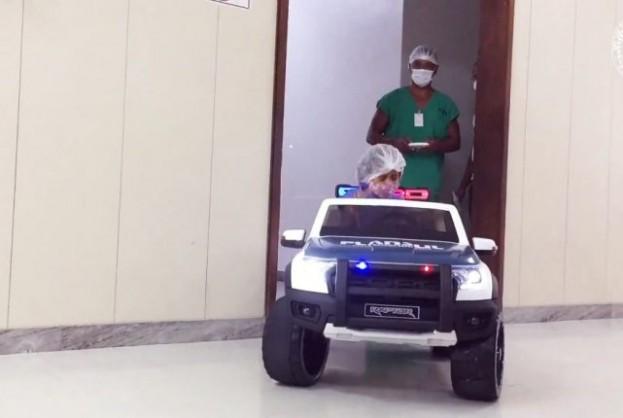 Hospital utiliza carro elétrico de brinquedo para transportar pacientes pediátricos ao centro cirúrgico | Bahia tempo real